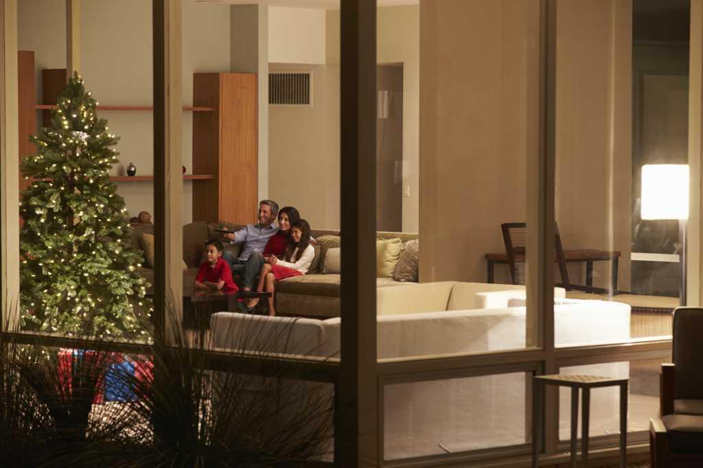 holiday family tv thinkstockphotos 466503945